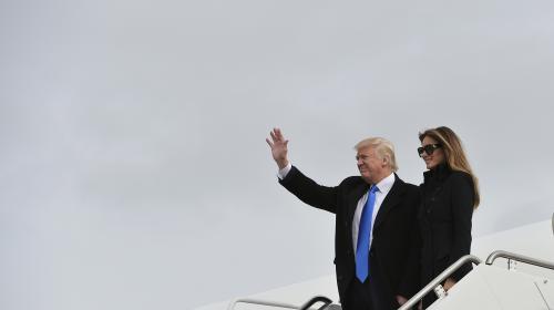 El pequeño descuido de Donald Trump al bajar de un avión