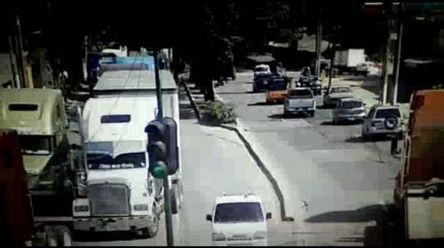 Tráiler averiado genera complicaciones de tránsito en el Periférico