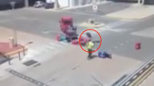 Empleado de aeropuerto agarra a patadas el equipaje de los pasajeros