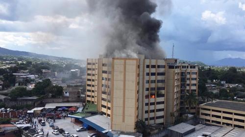 Este es el momento en el que un hombre se lanza de edificio en llamas
