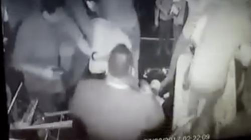 Un hombre saca un arma durante pelea en discoteca de zona 16