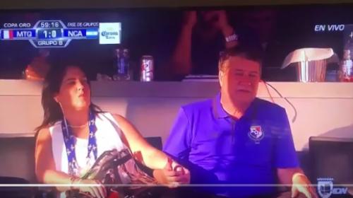 """El Bolillo Gómez """"cachado en fuera de lugar"""" por la TV en el estadio"""