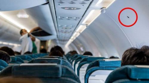 Esto significa el triángulo que está en algunos asientos de aviones