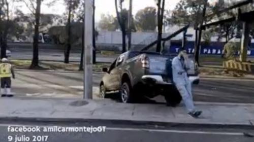 Conductor derriba un árbol en ingreso a centro comercial de zona 11