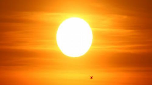 Una mancha solar más grande que el planeta Tierra