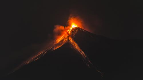 Erupción del volcán de Fuego dejó un espectáculo nocturno