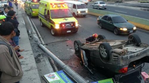 Fuerte accidente deja un carro volcado en el bulevar Los Próceres