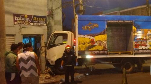 Camión se empotra en una tienda y complica el tráfico en zona 1
