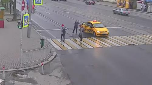 Pasajero de un taxi golpea a transeúntes que cruzaban un paso peatonal