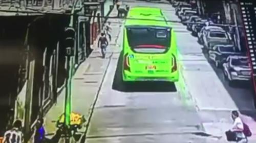 Captan a un hombre cuando lanza objeto a parte frontal del Transmetro