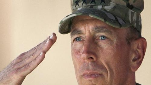 Soldado rinde homenaje a un cortejo fúnebre bajo un fuerte aguacero