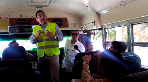 Jimmy subió a una camioneta para explicar trabajos en carretera
