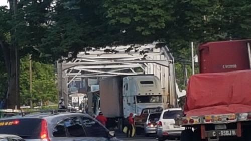 Salubristas bloquean carreteras en el país y afectan el tránsito