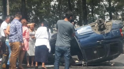 Fuerte accidente deja un carro volcado sobre el Anillo Periférico