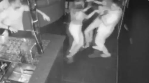 Mujer enfurece y golpea a todos porque le sirvieron trago equivocado