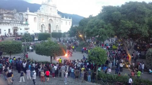 Video: conductor sube su vehículo al parque de Antigua Guatemala