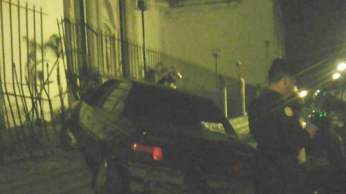 Un hombre empotró su vehículo contra el atrio de La Merced