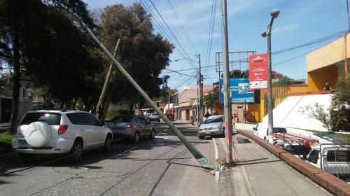 Vehículo se accidenta en la zona 5 y derriba dos postes