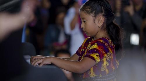 Gaby Moreno dará concierto con Yahaira Tubac, niña prodigio del piano