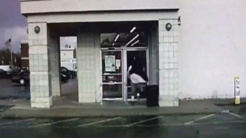 Exjugador de la NFL corre hacia una puerta de vidrio y la derriba