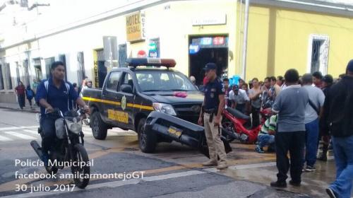 Confuso accidente entre patrulla y motocicleta en la zona 1