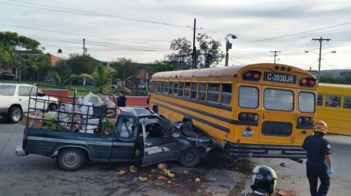 Bus escolar choca y deja cuatro estudiantes heridas en la zona 18