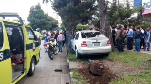 Motorista resulta herido tras fuerte colisión en Avenida Reforma