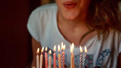 Esto pasa cuando soplas las velas del pastel de cumpleaños