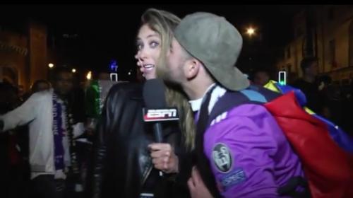 Una presentadora se sorprende cuando un fanático le roba un beso