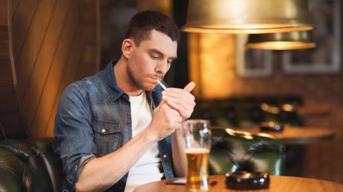 ¿Por qué se te antoja tanto fumar un cigarrillo cuando bebes alcohol?