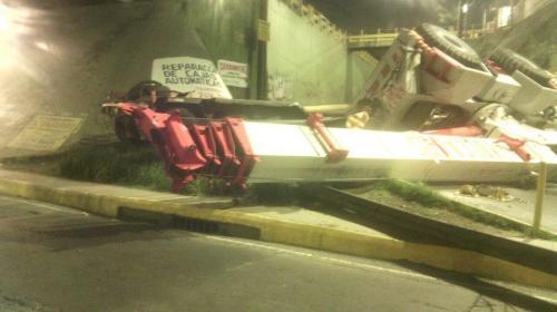 Grúa cayó de un camión que chocó sobre el Anillo Periférico