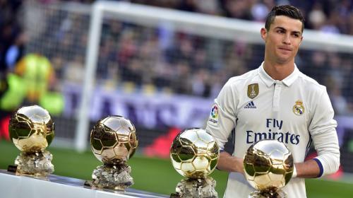 Así usa el hijo de Cristiano Ronaldo los balones de oro de su padre