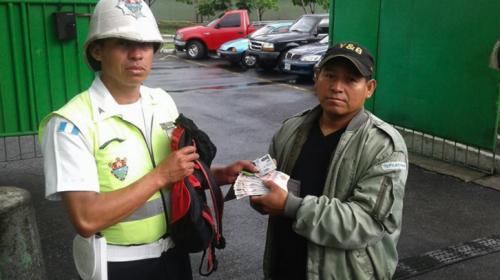 El agente que encontró una mochila con dinero y buscó al dueño