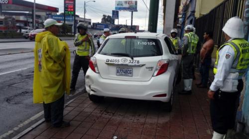 Taxista choca en la Aguilar Batres y arremete a golpes contra PMT