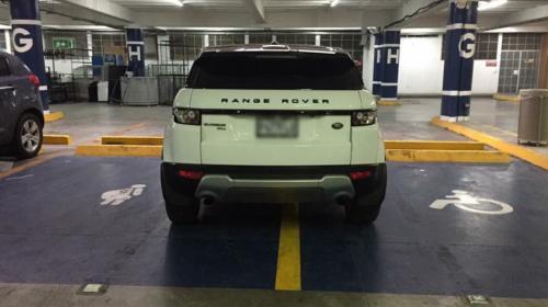 El conductor que no pudo parquearse peor: la foto viral del domingo