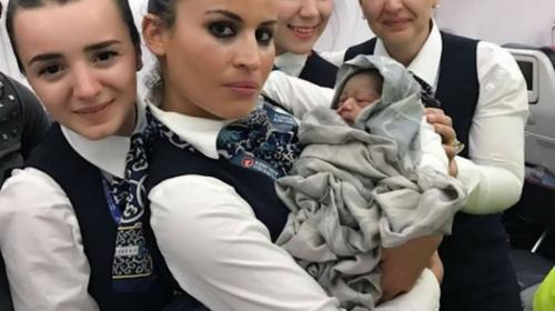 Bebé nace en pleno vuelo y recibe boletos de avión gratis de por vida