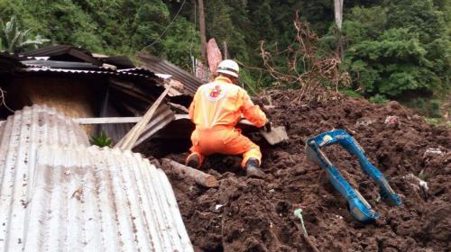 Derrumbe cerca del Puente Naranjo soterró a cuatro viviendas
