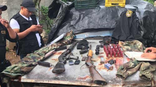 Uniformes militares y un fuerte arsenal en poder de banda de sicarios