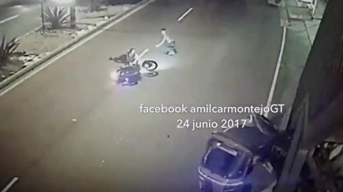 """Fuerte choque entre una moto y un """"tuc tuc"""" en la ruta al Atlántico"""