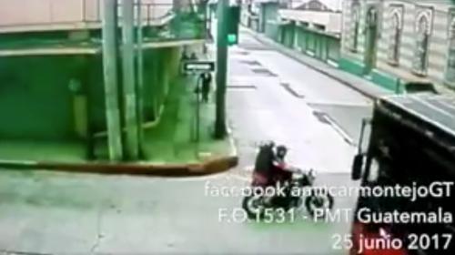 #Video Camioneta y moto protagonizan un grave accidente en la zona 1