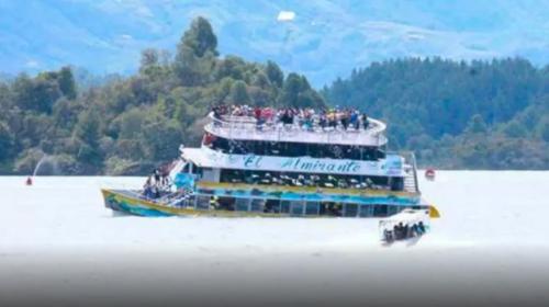 Así naufragó una embarcación con 150 personas a bordo en Colombia