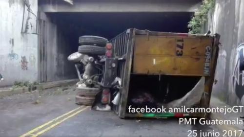Esta es la causa por la que cayó el camión recolector en el Trébol