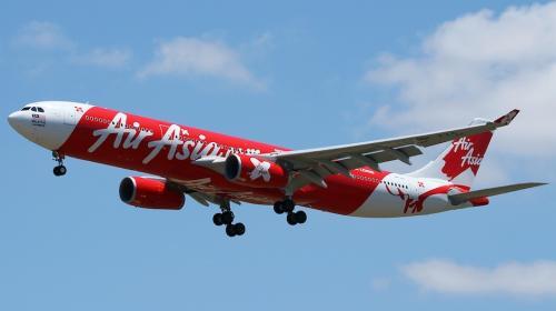 Piloto pide rezar a pasajeros de un avión con fallas en el motor
