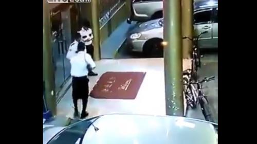 Guardia de seguridad juega con su arma y mata a su compañero