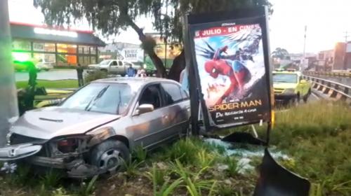 Conductora y sus hijos salen ilesos de grave accidente en zona 9