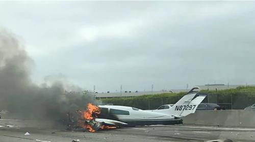 Impresionante video de avioneta chocando en autopista de EE.UU.