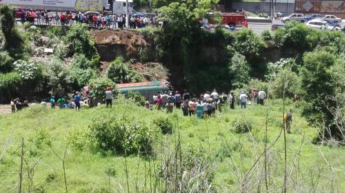 Bus cae en barranco al final de la cuesta de Villa Lobos