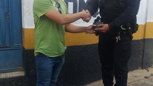 Reconocen labor de agente de la PNC que devolvió una billetera