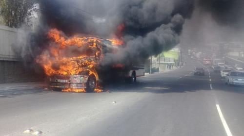 ¡Paso cerrado! Bus se incendia en ruta al Pacífico