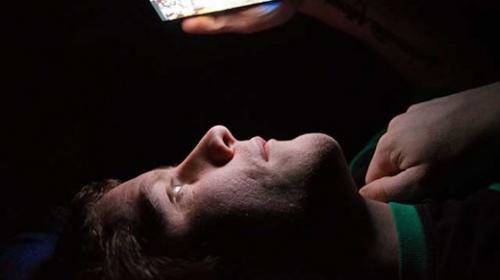 Graves razones por las que no debes usar tu celular antes de dormir